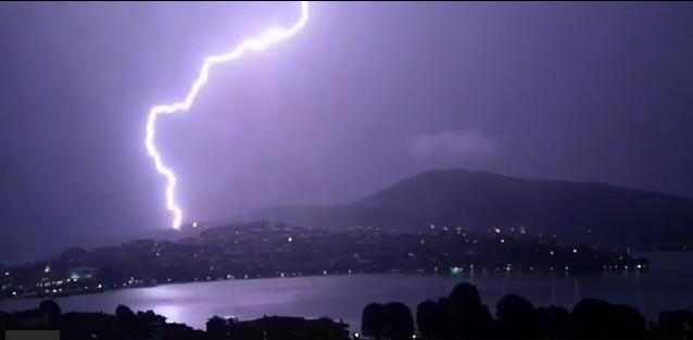 Τρομακτικοί κεραυνοί το βράδυ στην Καστοριά! (video)