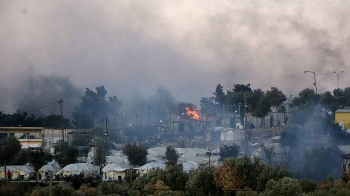 Πυρκαγιά Μόρια: Φόβοι για νεκρούς – Αγωνία για χιλιάδες μετανάστες, μεταξύ αυτών κρούσματα κορωνοϊού