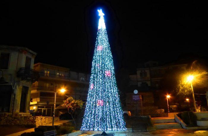 Καστοριά: Νοσταλγία και όμορφες εικόνες στη διαδικτυακή παρουσίαση φωταγώγησης του Χριστουγεννιάτικου Δέντρου