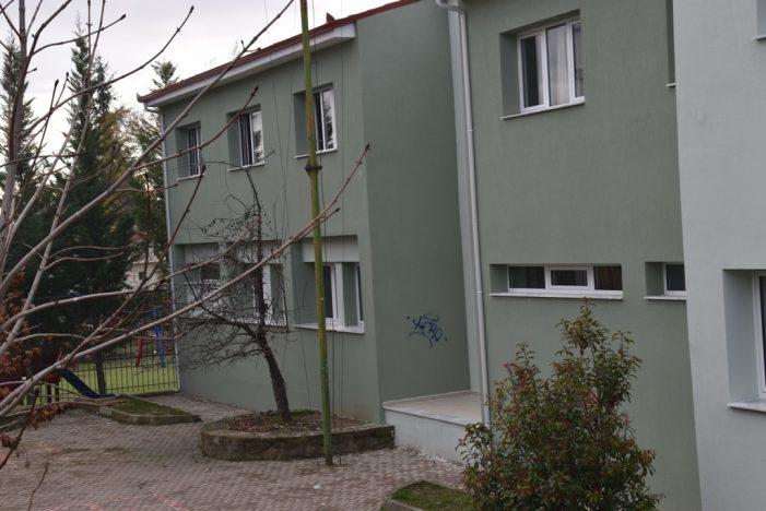 Άργος Ορεστικό: Άγνωστοι ζωγράφισαν στο φρεσκοβαμμένο 3ο Δημοτικό Σχολείο, στο οποίο είναι σε εξέλιξη οι εργασίες ενεργειακής αναβάθμισης