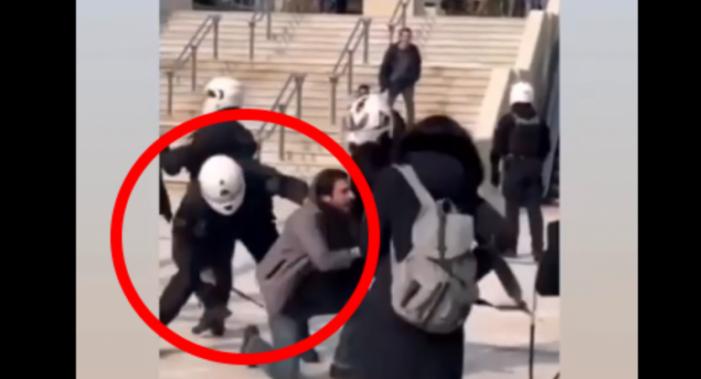 Νέα Σμύρνη: Εικόνες βίας με ξύλο από αστυνομικούς στην πλατεία μέρα μεσημέρι (Videos)