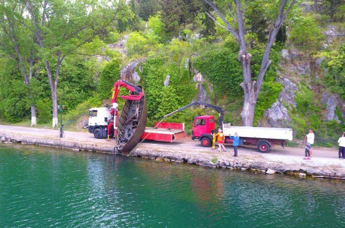 """Ανέλκυση του καραβιού """"το μοτόρι του Νανά"""" από την λίμνη της Καστοριάς"""