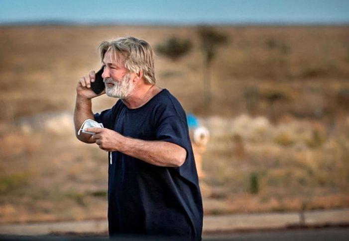 Τραγωδία σε γυρίσματα ταινίας – Ο Άλεκ Μπάλντουιν πυροβόλησε και σκότωσε γυναίκα